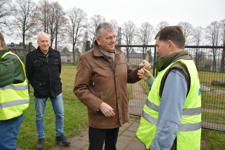 Op 22 december heeft wethouder Jan van Hal het beheer van de dierenparkjes aan Wilhelminalaan en Berkenveld overgedragen aan Stichting IJgenwys en Anders. De verzorging van de dieren en het dagelijks onderhoud van het terrein is een taak die ook door die Stichting kan gebeuren. Hierdoor kan de gemeente wat besparen op de onderhoudskosten en heeft de stichting een aanvullende activiteit in haar aanbod.