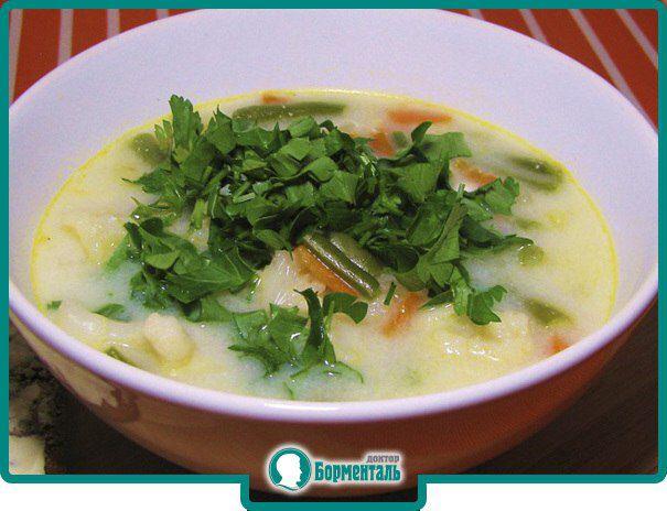 Суп овощной с плавленным сыром  Ингредиенты: вода — 1 500 г; картофель — 500 г; морковь — 100 г; плавленный сыр — 100 г; зелень укропа и петрушки — 40 г; корень петрушки — 30 г; сметана 10% жирности — 4 ст. ложки; растительное масло — 2 ст. ложки; соль — по вкусу.  Приготовление: В кипящую подсоленную воду опустить нарезанный дольками картофель и довести до кипения. Добавить нарезанные кружочками и спасерованные в растительном масле морковь и корень петрушки. Варить суп до готовности…
