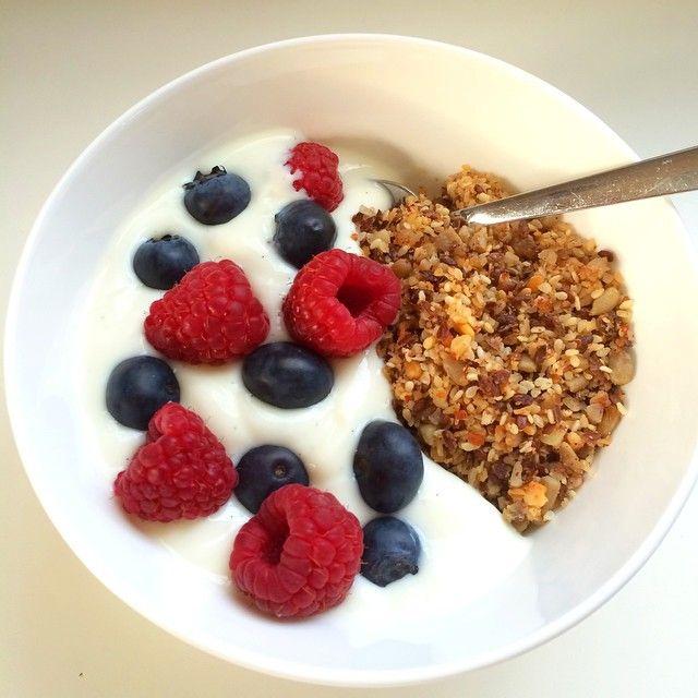Hjemmelaget granola med joghurt og friske bær #granola #veldiggodt #godtno #namnam #nytelse #godsmak #matprat #homemade #suntoggodt #sunn #trines_inspirasjon #joghurt #bringebær #blåbær #mellommåltid #tine #food #instafood #nøtter #frø