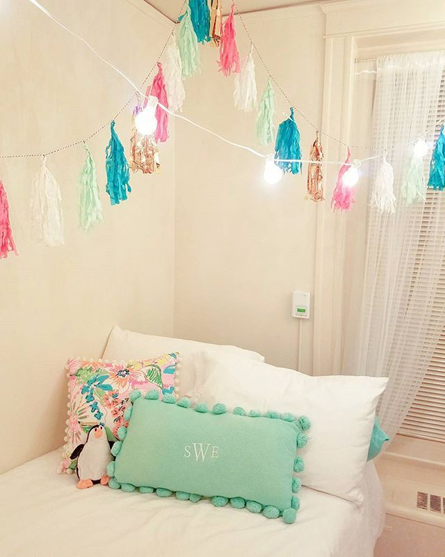 25 best ideas about string lights dorm on pinterest college dorm lights dorm room tumblr and for Young woman bedroom and string lights