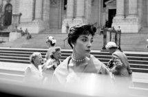 Hledání Vivian Maier Příběh záhadné ženy nás zavádí do ulic New Yorku a Chicaga, kde Vivian Maier od roku 1950 až do své smrti v roce 2009 nafotila více než 100 000 dechberoucích fotografií. Žádnou z nich ale nikomu neukázala. Snímky byly objeveny shodou náhod až poté, co strávily několik desetiletí v zaprášených krabicích.