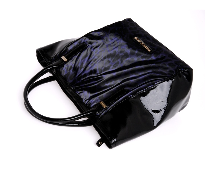 Borsa in vernice della collezione Versace Jeans autunno inverno disponile in diverse forme, dimensioni e colori. Versione animalier con doppio manico sottile.