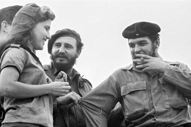 Junto a Fidel Castro, el Che saluda a una alfabetizadora en el acto de culminación de la Campaña de Alfabetización en 1961. www.prensa-latina.cu index.php?o=vt&id=che50&SEO=Ernesto-Che-Guevara-desde-el-lente-de-Prensa-Latina&page=1