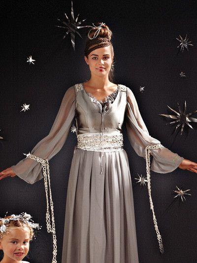 Dieses taillierte Kleid aus silbernen Changeant-Taft mit würdevollweitem Chiffonrock ist einer Königin würdig! burda style, Schnittmuster, Fasching, Kostüm, Star-Wars, Leia - Für den Gürtel benötigen Sie etwas Paillettenstoff. Alles wird mit Silberspitzendetails verziert. Noch eine Bluse mit weiten Raglanärmeln darunter, Schnecken-Frisur: und fertig!