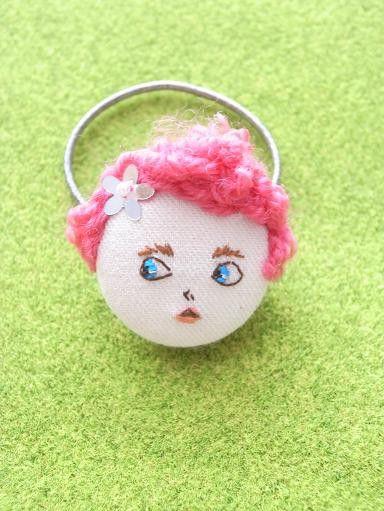 女の子の顔刺繍をしたヘアゴムです。娘の髪にお人形がついていたらかわいいかな…と思い作り始めたお品です。ヘアゴムとしてはもちろん、結びつけてバッグ...|ハンドメイド、手作り、手仕事品の通販・販売・購入ならCreema。