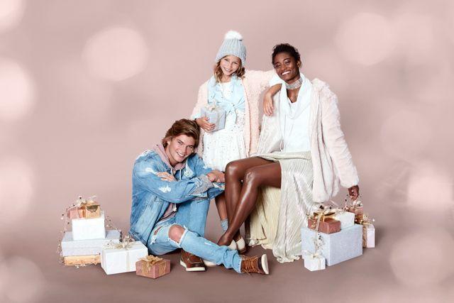 心温まるホリデーシーズンを演出する、フォーエバー21「ホリデーコレクション」発売   アメリカ・ロサンゼルス発のファッションブランド〈フォーエバー21(FOREVER 21)〉が「ホリデーコレクション」の発売を開始する。    今年のホリデーコレクションは、恋人や家族がテーマ。大切な人と心温まるひとときを華やかに演出する商品展開となっており、パーティーで目立つことうけあいの、最新トレンドの要素が散りばめられたアイテムが多数ラインナップしている。ホームドラマのような和や...