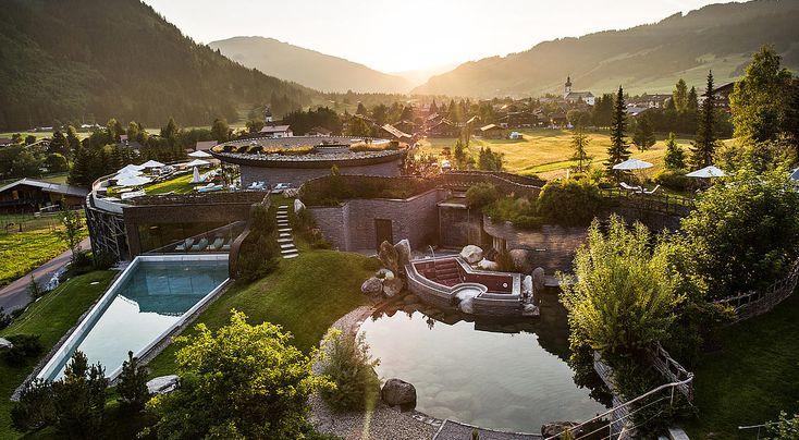 Das Hotel Jungbrunn von oben: Harmonisch fügt es sich in das Panorama der Tiroler Berge ein.