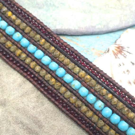 Bracelet manchette sud-ouest, perles Bracelet en cuir, Bracelet Turquoise, bijoux sud-ouest, Elk bijoux, Bracelet rustique  Elk sud-ouest manchette bracelet comporte 4mm de magnésite Turquoise des perles dans le centre suivi par 3mm feu poli marron jaune Picasso tchèque perles de verre et perles de rocaille 11/0 Bordeaux sur les lignes extérieures. Tous à la main, tissé sur cordon en cuir brun rouge naturel.  Un bouton en étain Elk donne cette magnifique manchette une ambiance rustique…