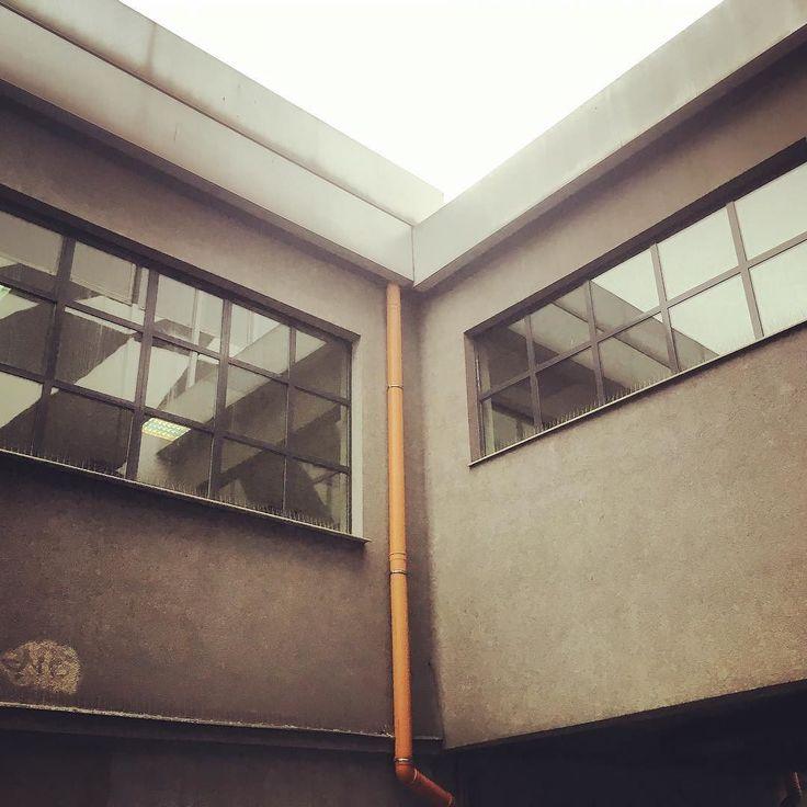 Refleksy #symetrie #nowahuta #encek #windows #instaphoto #urban #building #symetry #lamp