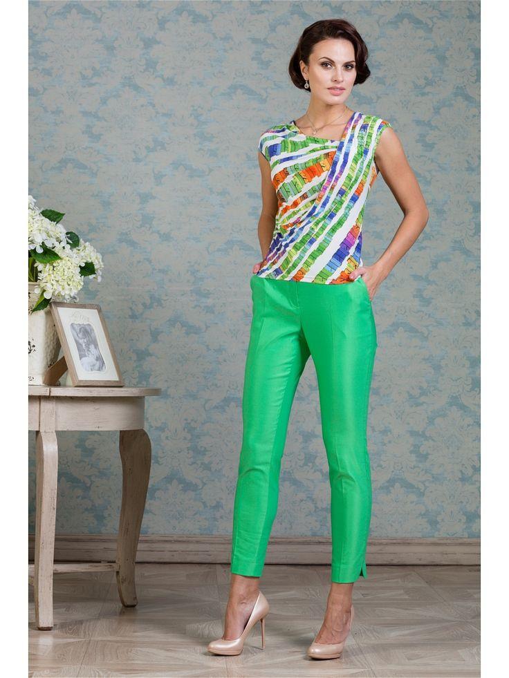 Очень комфортная и красивая блузка из качественного трикотажа, горловина фигурной формы, без рукавов, со спущенным плечевым швом, без застежки. Передняя часть цельнокроенная, левая   сторона двойная по плечевому шву и пройме. Отличный вариант для повседневного градероба.