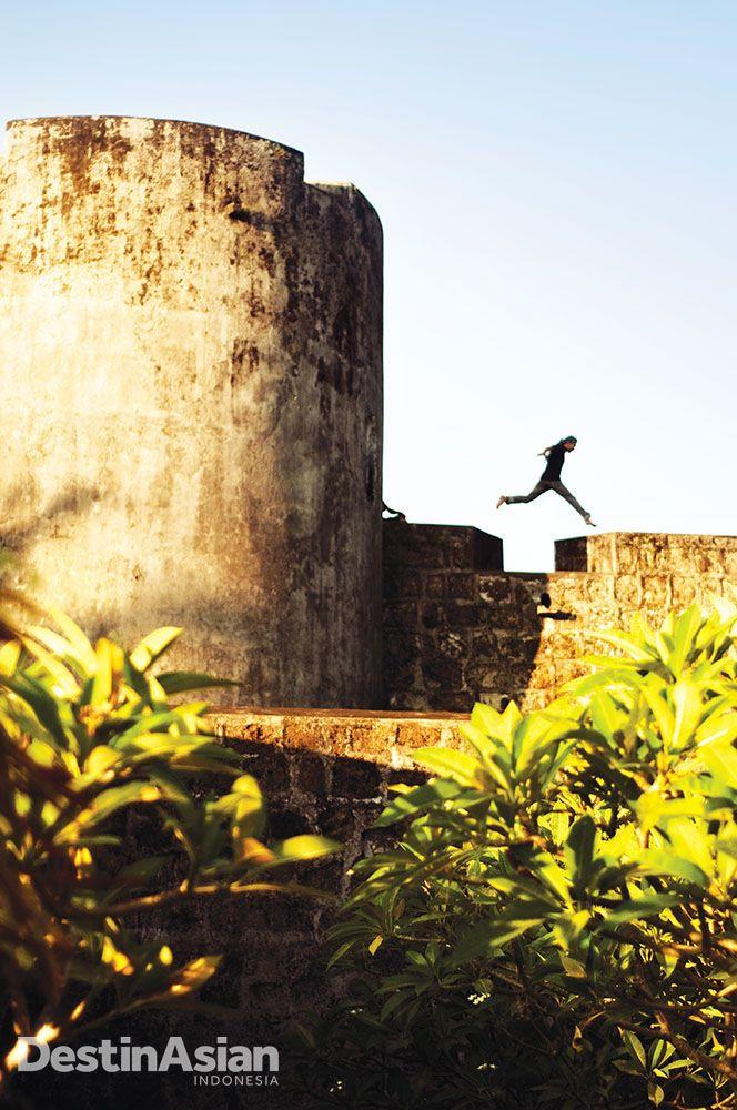Menapak balik sejarah kolonialisme Indonesia di Banda Neira. Dibangun penjajah sebagai benteng pertahanan, Belgica kini menjadi aset wisata andalan Banda sekaligus wahana bermain warga saban sore.