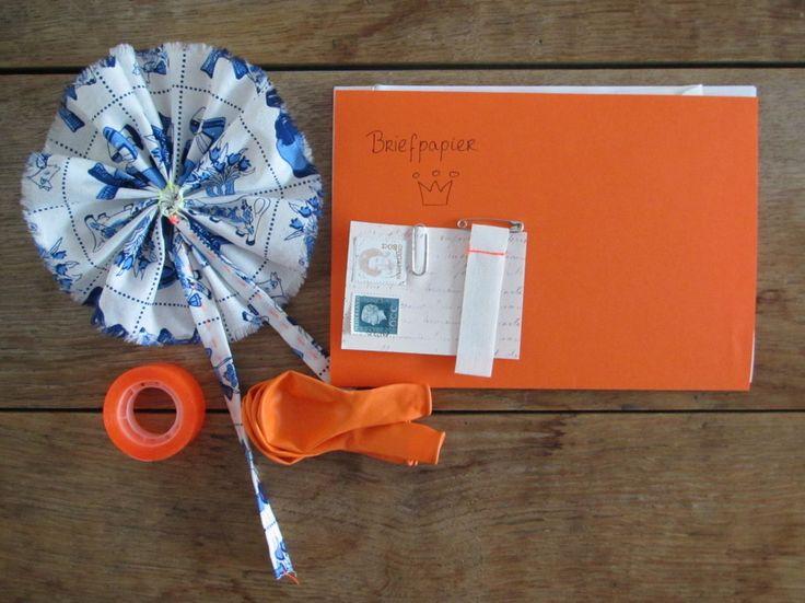 Postcrossing, Mail on Monday, orange, Dutch queen, corsage / oranje, Koningin Beatrix // VAN BRITT