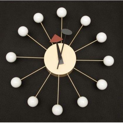Zegar jest przede wszystkim wesołą i kolorową alternatywą dla zwykłych urządzeń mierzących czas. Przypominają rzeźby zachowując przy tym funkcjonalność. PPrezentowany zegar wykonany jest z lakierowanego drewna i metalu, wyposaż ony w mechanizm na baterie. Prezentowany produkt jest inspirowany projektem Ball clock.