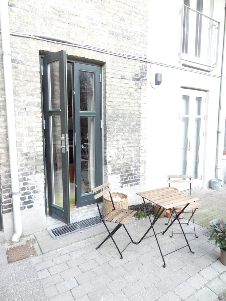 Skt Hans torv is a very popular area for its many #Cafes, cool shops in Elmegade, close to the lakes and Nørreport station. There is even a #Cinema, Empire bio. The grand park, Fælledparken, and Rigshospitalet is 10 minutes away by walking. Call 2014 4546 for more information.