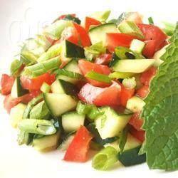 Israelischer Salat - Diesen Salat finden Sie in Israel an jedem Falafelstand. Alles Gemüse wird sehr klein gewürfelt - Tomaten, Gurken, Petersilie, Paprika und dazu gibt es ein leichtes Dressing aus Zitronensaft und Olivenöl. Der Salat wird auch gerne an Rosch Haschana serviert.@ de.allrecipes.com