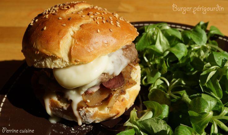 Burger périgourdin au magret de canard séché, cabécou et compotée de pommes-oignons au vinaigre de framboise