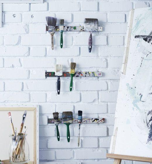 Drei GRUNDTAL Magnetleisten aus Edelstahl sind der Aufbewahrungsort für Pinsel in diesem Atelier.