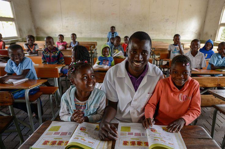 Em Moçambique e Etiópia, além de passarem fome devido à seca, as crianças estão com o futuro em risco, pois o clima extremo afeta a frequência escolar.  Fotografia: Sebastian Rich.