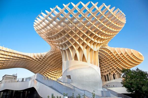El Metropol Parasol en Sevilla, España, por Jurgen Mayer H. Architects, es la estructura de madera más grande del mundo.