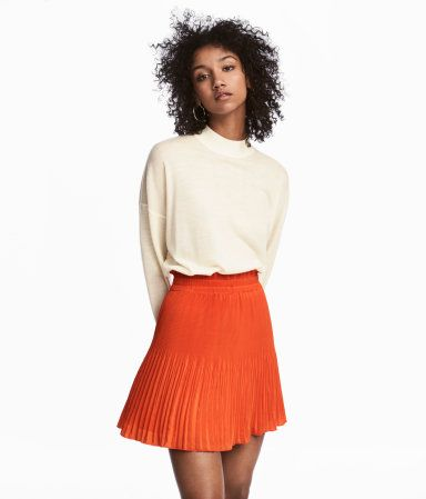 Orange. Short, pleated skirt in woven fabric. Elastication and a small ruffle at waist. Lined.