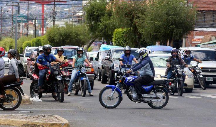 Honduras: El parque de las motocicletas en Tegucigalpa es de más de 158,000. Según reportes de la Dirección Nacional de Vialidad y Tránsito, en el 28 por ciento de las muertes en accidentes viales se ve involucrado un vehículo de dos ruedas. El crecimiento anual del parque de motocicletas es del 16 por ciento. /Fotos El Heraldo Honduras/