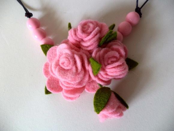 Gargantilha Romantic Roses confeccionada com fio de couro indiano, regulável que pode ser utilizada como colar ou gargantilha e rosas de feltro de lã que confere com toque natural a peça.  comprimento mínimo: 40cm (gargantilha) comprimento máximo: 65cm (colar) tamanho aproxm. do arranjo: 6cm x 7cm  demais cores, sob consulta. R$35,00
