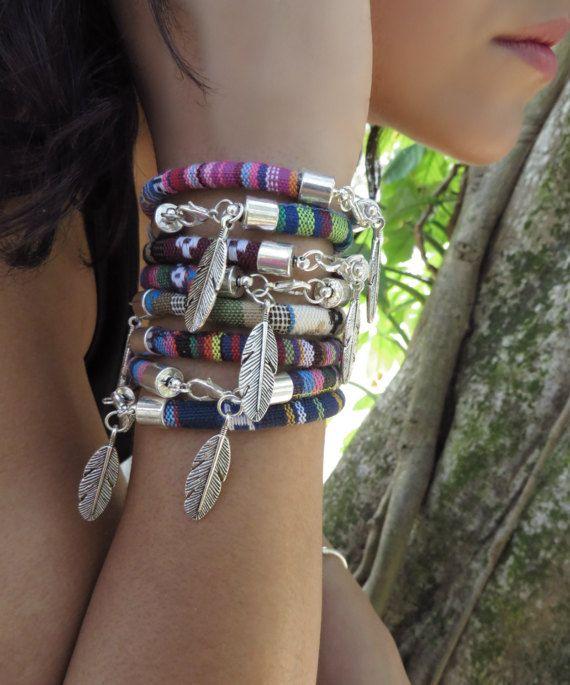 Böhmische Feather Armband, indianischer Schmuck, peruanischen Armband gewebt, ethnischer Schmuck, Boho Schmuck, Festival Hippie Stapeln Armbänder  ❤-KAUFEN SIE 2 ARTIKEL ANS 15 % RABATT BEKOMMEN!! (EINSATZ-GUTSCHEIN-CODE 15OFF) ❤  ❤ KAUFEN, DIE ALLE 4 ELEMENTE ANS 20 % RABATT BEKOMMEN!! (EINSATZ-GUTSCHEIN-CODE 20OFF) ❤  ❤ ALLE 6 GEGENSTÄNDE KAUFEN UND ERHALTEN SIE 25 % RABATT!! ((EINSATZ-GUTSCHEIN-CODE 25OFF) ❤  Bitte überprüfen Sie Bild #4, die verfügbaren Farben zu sehen.  Füllen Sie jedes…