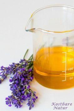 Die beruhigende Wirkung von Lavendel kannst du dir wunderbar in einem selbstgemachten Massageöl zunutze machen.