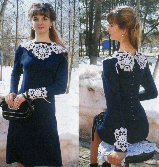 Женское синее платье с белым воротничком и манжетами, вязаное спицами