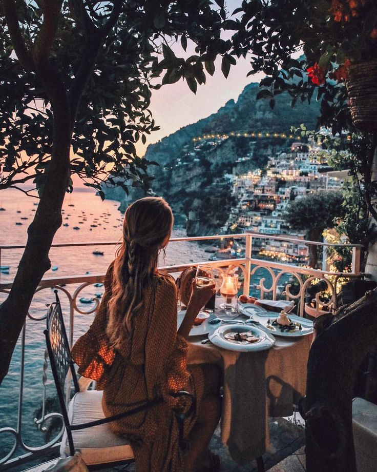 """Gefällt 101.1 Tsd. Mal, 1,476 Kommentare – Leonie Hanne (@ohhcouture) auf Instagram: """"Can it get any more romantic than date night in Positano!? 🍷 #Italy #Positano"""""""