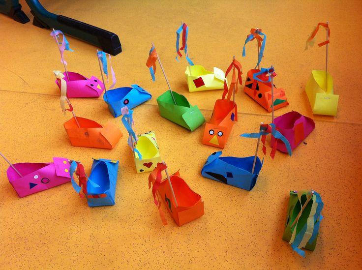 27 augustus zijn de kinderen van groep 3 voor het eerst met de leerateliers begonnen. Het eerste thema is 'alles in beweging', en aangezien het in Roosendaal pas kermis is geweest, zijn we in het thema 'kermis' gedoken. De kinderen mochten uit vier opdrachten kiezen, namelijk: – botsauto's maken – draaimolens maken – kijkdozen maken …
