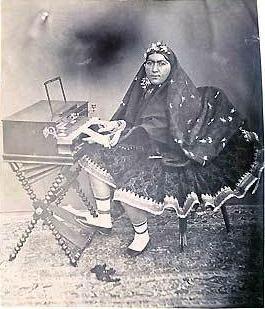 زن قاجاری و پیانو
