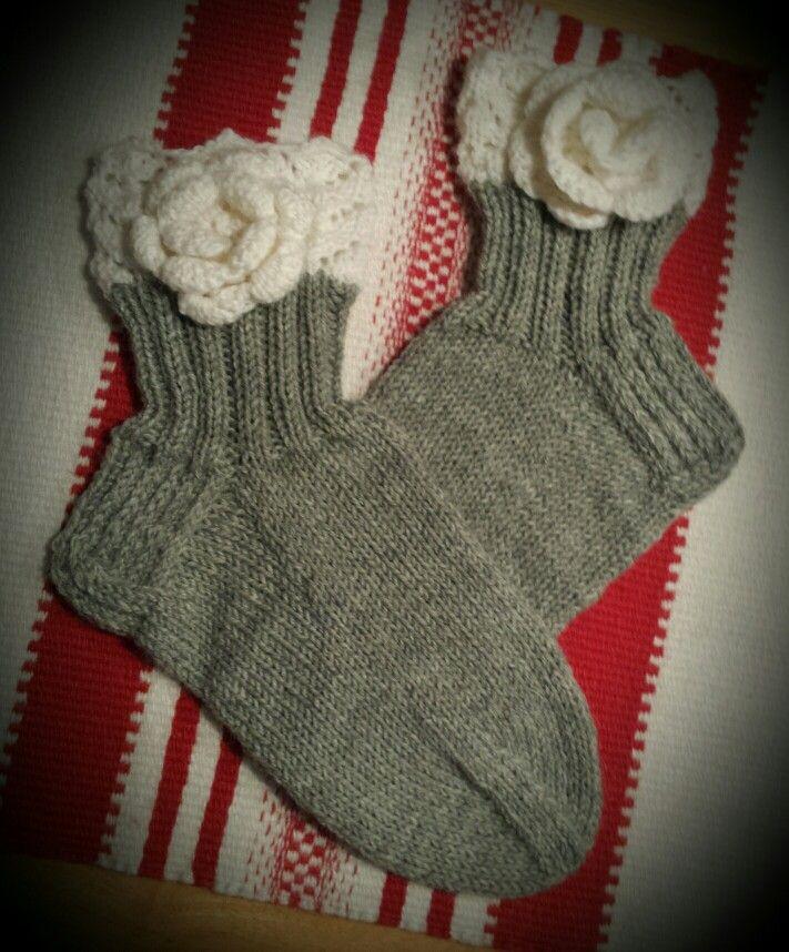 Knitted socks with roses Romanttiset villasukat