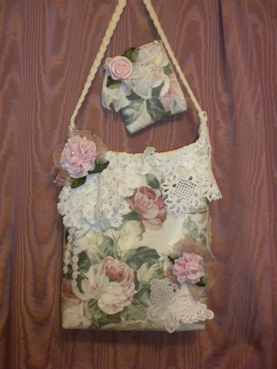Voici un joli sac Shabby Chic vous serez fier de porter ou à offrir en cadeau. Il est fait d'un tissu rose rose recouvert décor pour la maison. Poids moyen. Doublée avec du « Doux et Stable », un entoilage qui permet de garder votre sac à main tout comme son nom l'indique, souple mais stable. votre sac ne sera pas » flop ». Elle est agrémentée de Vintage fait au crochet des napperons, fait à la main roses roses et feuilles vertes à la main. Les roses sont encadrées avec ruban organza rose et…