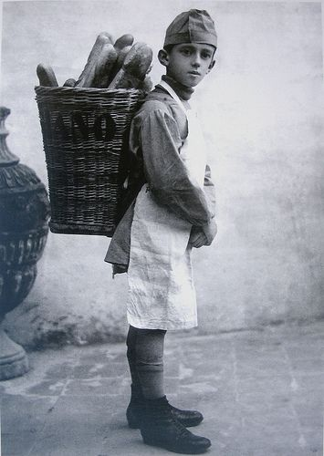 Italian Vintage Photographs ~ 1916 in Roma, Il piccolo panettiere
