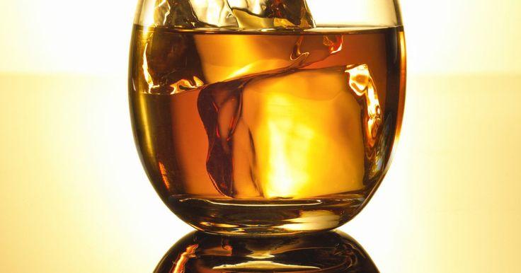 """Como beber Johnnie Walker Red. O """"Johnnie Walker Red Label"""" é o uísque escocês campeão mundial de vendas. Essa bebida é uma combinação de mais de 30 maltes e grãos de uísque. Ele possui um aroma marcante com frutas frescas. A marca se tornou popular dentre os círculos sociais na Inglaterra desde o final do século XIX, depois que uma praga de vinhedos causou uma queda na ..."""