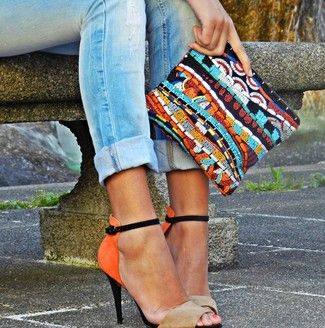 Hellblaue Enge Jeans, Orange Wildleder Sandaletten, Mehrfarbige verziert mit Perlen Clutch für Damenmode