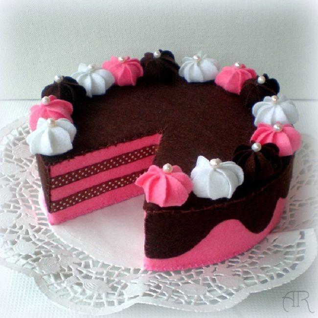 Te vamos a enseñar como se hace estePastel de fresa y chocolate en fieltro, a mi me ha encantado y puede servir para decorar en muchos sitios o momentos. Da gana de hincarloel diente!!! o no???....