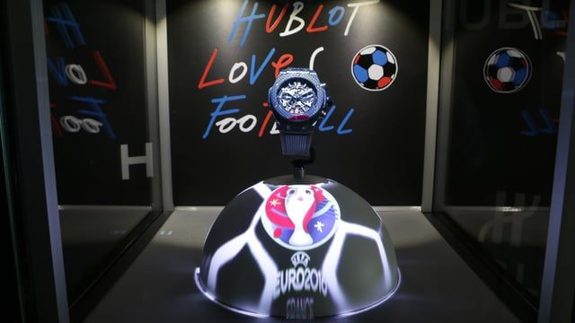 An animated football which lights up into the colors of france and the EURO 2016 thanks to mapping technology.  Hublot et la vitrine magique de l'EURO 2016 qui vibrent aux couleurs de la France. Un ballon de football animé qui tourne aux couleurs de la France et de l'Euro 2016 grâce à la technology du mapping.