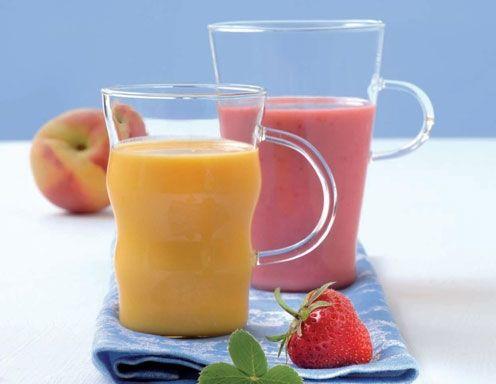 Für den Erdbeer-Joghurt-Smoothie die Haferflocken mit dem Wasser vermischen und 15 Minuten aufquellen lassen. Mit dem Mixstab oder im Mixglas die