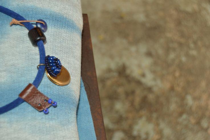 Collar con charms, cuero y piedra natural