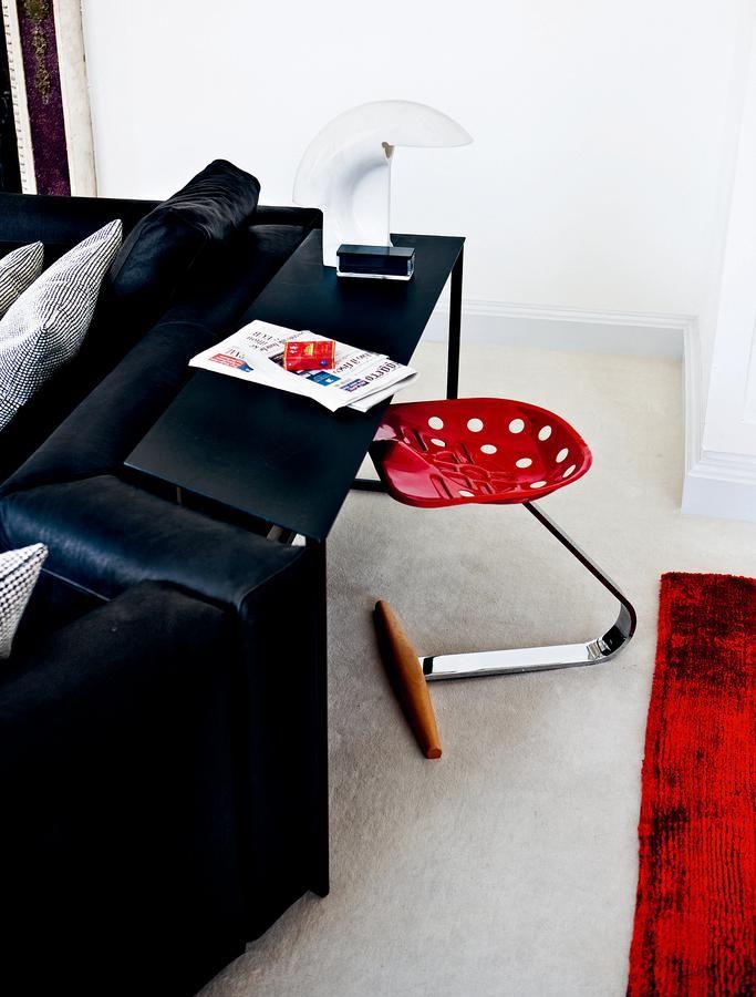 Mezzadro, sgabello di A. & P.G. Castiglioni, un must di Zanotta. Il sedile è chiaramente ispirato alla seduta del trattore di una volta. Basamento flettente con traversa in faggio. Disponibie in vari colori. Info e prezzi su DCstore