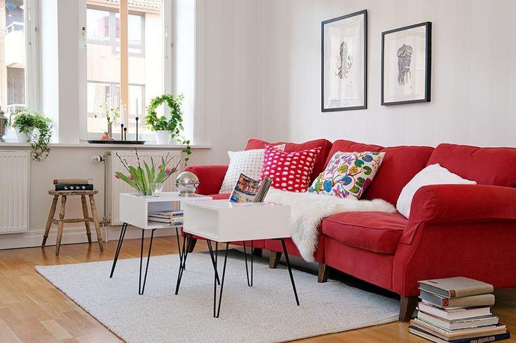 rotes Sofa, weiße Beistelltische und Wandfarbe
