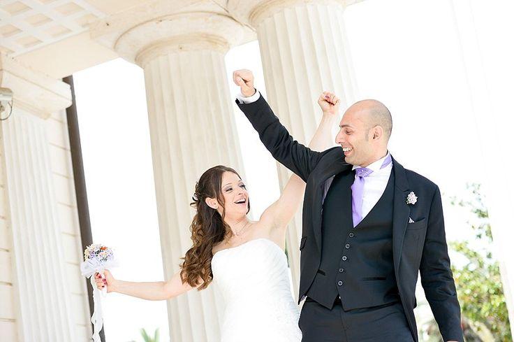 Ritratti di matrimonio spontanei e divertenti sotto il portico di Villa Torlonia | Candid and funny wedding portraits in Villa Torlonia, Rome