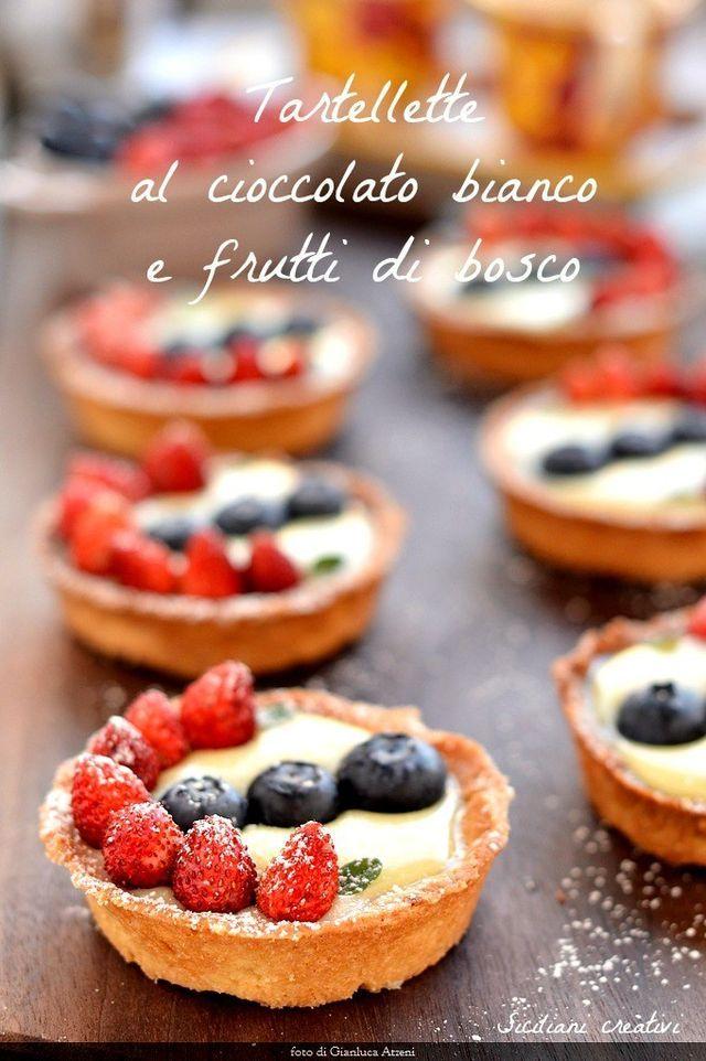 Buongiorno! Oggi prepariamo una crostata, o meglio una tartelletta, dal gusto fresco, con tanti frutti di bosco, una frolla croccante alle mandorle e una crema fredda al cioccolato bianco e limone. E'