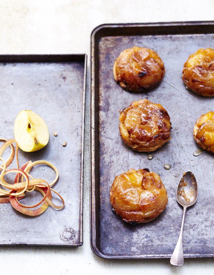 Pelez les pommes, coupez-les en quatre, retirez le coeur et les pépins. Faites fondre le beurre dans une poêle, ajoutez les pommes côté… 2 kg de pommes belle de boskoop ou canada 8 cuillère(s) à soupe de sucre 1 cuillère(s) à café de cannelle en poudre 1 cuillère(s) à soupe de crème fraîche épaisse 60 g de beurre 2 pâtes feuilletées