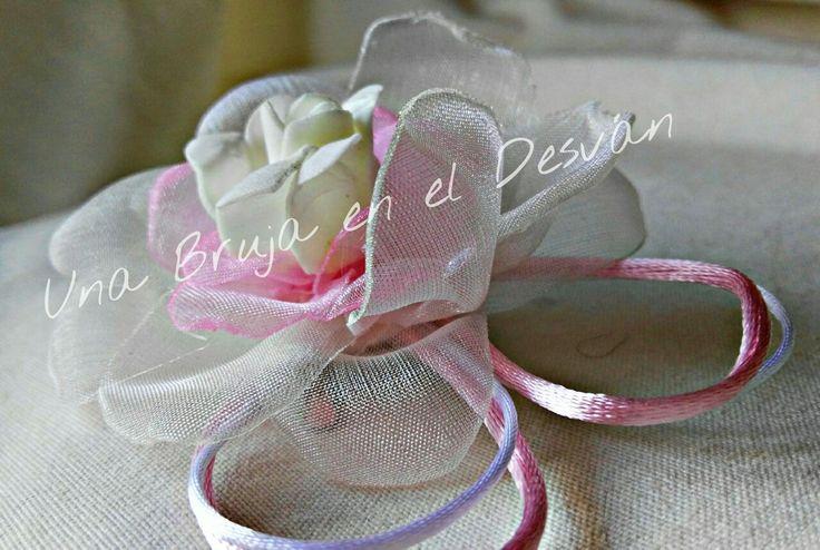 #Tocado de #arras o #Comunión ¿Qué princesa va a llevar este tocado? Pieza realizada en seda con flor central en tela mate. Hecho completamente a mano por Montse el Desván Creativo de Brujita