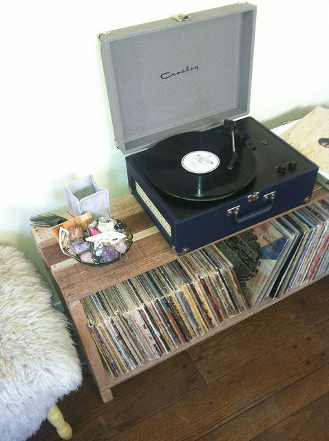 cute rustic record stand made with pallets - Record Shelf