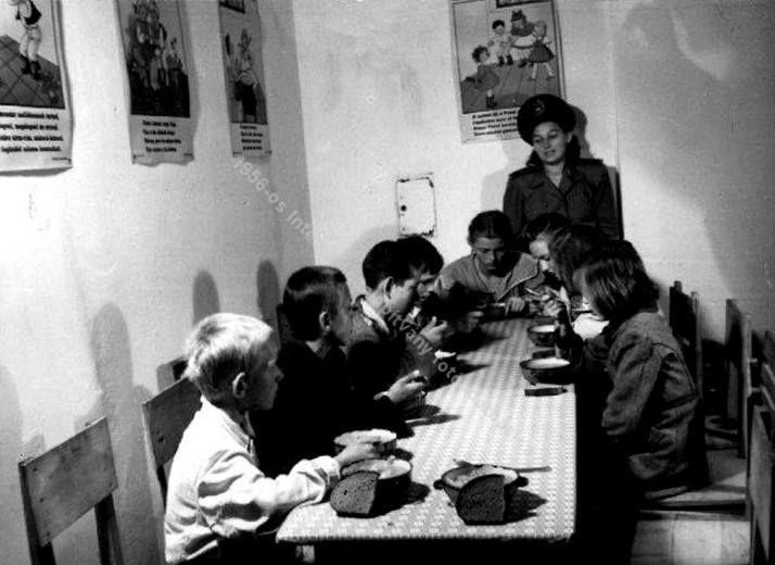 Elhagyott, utcán összeszedett gyermekek ebédeltetése a rendőrségen, Budapest, 1946.