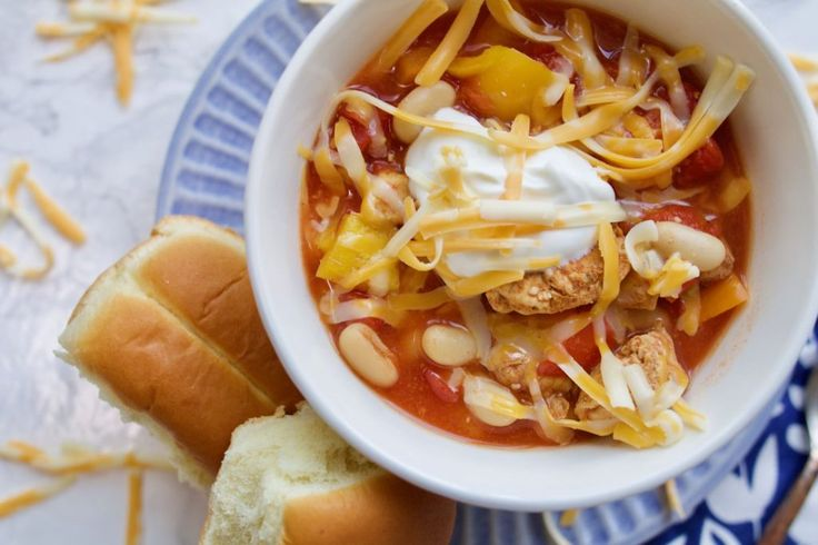It's that time of year where we all want comfort food but in the easiest way possible! Today I'm sharing slow cooker chicken fajita chili that is SO easy and yummy!